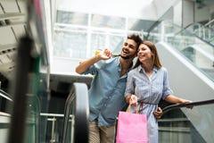 Счастливые привлекательные любящие пары наслаждаются ходить по магазинам совместно Стоковое Фото