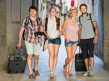 Счастливые путешественники идя на улицу Стоковая Фотография RF
