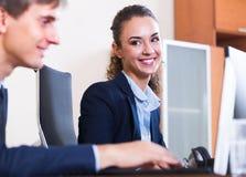 Счастливые работники в современном офисе Стоковая Фотография RF