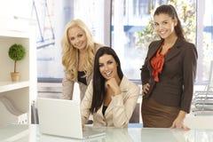 Счастливые работники офиса работая на компьютере на офисе Стоковые Фотографии RF