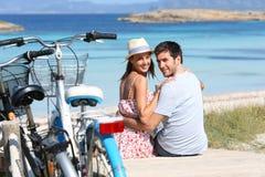 Счастливые романтичные пары на путешествии велосипеда островов Стоковые Фото