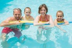 Счастливые родители и дети в бассейне стоковое фото