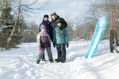 Счастливые родители и их дети в winterwear Стоковые Изображения RF