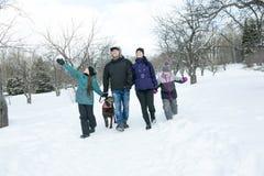 Счастливые родители и их дети в winterwear Стоковые Изображения