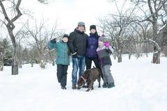 Счастливые родители и их дети в winterwear Стоковая Фотография RF