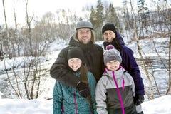 Счастливые родители и их дети в winterwear Стоковая Фотография