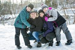 Счастливые родители и их дети в winterwear Стоковое фото RF