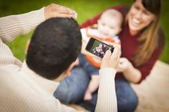 Счастливые родители и ребёнок смешанной гонки принимая автопортреты Стоковая Фотография