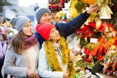 Счастливые родители с девочка-подростком на счетчике с Poinsettia и Стоковая Фотография RF