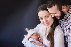 Счастливые родители с их newborn младенцем стоковые изображения