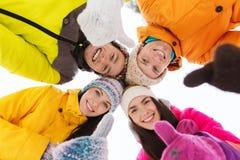 Счастливые друзья в зиме одевают outdoors Стоковые Изображения RF