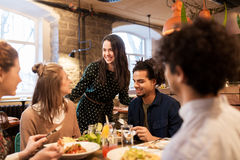 Счастливые друзья есть и выпивая на ресторане Стоковая Фотография RF