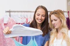 Счастливые друзья делая ходить по магазинам совместно Стоковые Изображения