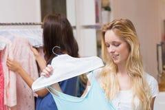 Счастливые друзья делая ходить по магазинам совместно Стоковое Фото