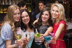 Счастливые друзья имея питье совместно Стоковая Фотография