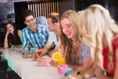 Счастливые друзья имея питье совместно Стоковые Фотографии RF