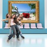 Счастливые друзья и перемещение Стоковое фото RF