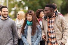 Счастливые друзья идя вдоль парка осени Стоковые Изображения