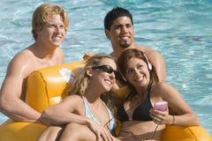 Счастливые друзья на каникуле стоковые фото