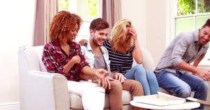 Счастливые друзья принимая куски пиццы видеоматериал