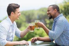 Счастливые друзья провозглашать стекла пива Стоковое Изображение RF