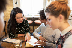 Счастливые друзья смотря к меню на ресторане Стоковое Фото
