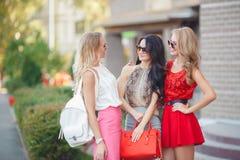 Счастливые друзья с хозяйственными сумками готовыми к ходить по магазинам Стоковые Фотографии RF