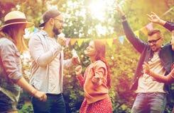 Счастливые друзья танцуя на лете party в саде Стоковая Фотография