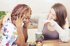 Счастливые друзья тратя время совместно Стоковое Изображение