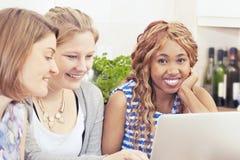 Счастливые друзья тратя время совместно Стоковое Изображение RF