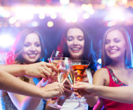 Счастливые друзья clinking стекла на ночном клубе Стоковая Фотография