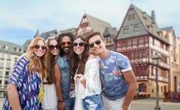 Счастливые друзья hippie принимая selfie в Франкфурте Стоковая Фотография RF