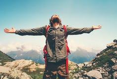 Счастливые руки путешественника человека подняли внешнее Стоковое Фото
