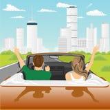Счастливые свободные пары управляя в веселить автомобиля cabriolet радостный при поднятые оружия Стоковая Фотография RF