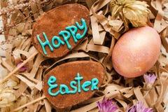Счастливые символы пасхи на деревенском backround помадки Стоковая Фотография RF