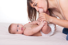 Счастливые симпатичные мать и младенец семьи Стоковое Фото