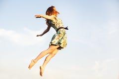 счастливые скача детеныши женщины Стоковые Фото