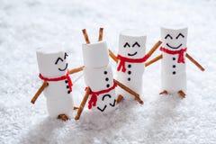 Счастливые смешные snowmans зефира на снеге Стоковое Изображение RF