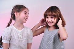 Счастливые смеясь над девушки говоря и имея потеху Стоковая Фотография RF