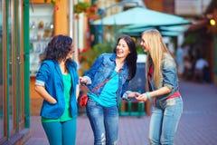 Счастливые смеясь над друзья на улице вечера Стоковое фото RF