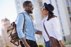 Счастливые современные пары наслаждаясь каждыми другими компания Стоковая Фотография RF