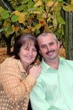 Счастливые Средн-постаретые пары в окружающей среде падения стоковое изображение