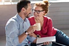 Счастливые средн-постаретые пары дома Стоковые Фото