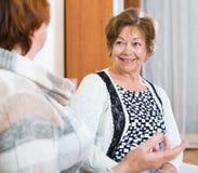 Счастливые старшие женщины имея болтовню дома Стоковые Фото