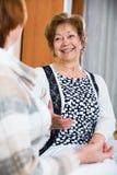 Счастливые старшие женщины имея болтовню дома Стоковая Фотография RF