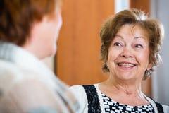 Счастливые старшие женщины имея болтовню дома Стоковое Фото
