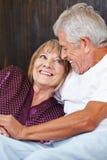Счастливые старшие пары в кровати Стоковые Фото