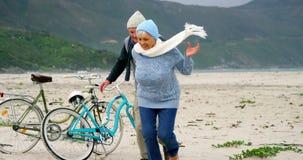 Счастливые старшие пары имея потеху видеоматериал