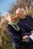 Счастливые старшие пары ослабляя совместно солнечность стоковое фото