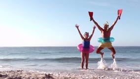 Счастливые старшие пары скача с руками вверх сток-видео